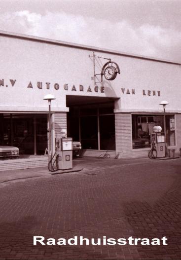 Autogarage Van Lent in de Raadhuisstraat voor de afbraak (foto van plm van Houten)