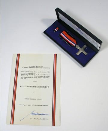 Verzetsherdenkingskruis en bijbehorende oorkonde, in 1980 postuum toegekend aan Marinus Vaumont (1896-1944)