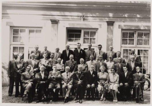 Het personeel van Openbare Werken gemeente Heemstede bijeen in verversingshuis Groenendaal, augustus 1958, bij het 40-jarig ambtsjubileum van de heer G.J.Arnold.