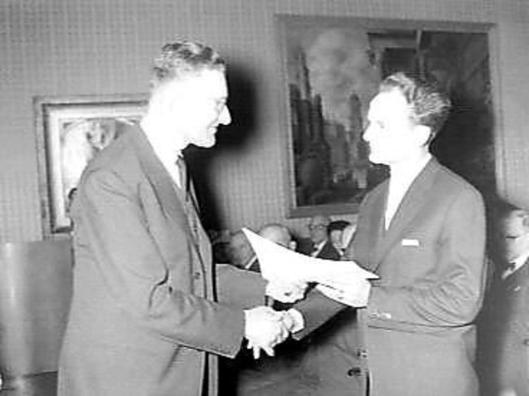 Uitreiking van de Martinus Nijhoffprijs in Den Haag door professot mr.G.J.Wiardi (links) aan Dolf Verspoor, 25 januari 1958.