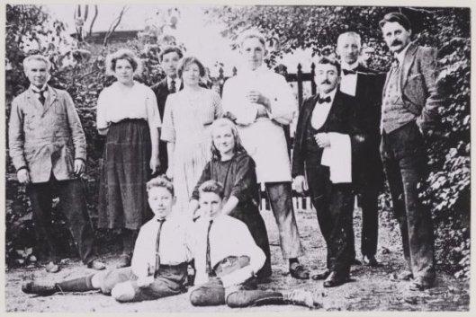 Foto van personeel bij de achteruitgang van het Verversingshuis Groenendaal uit 1920. Van links naar rechts: Arie Verdonschot, de zusjes Truus en Bets Stijnman. Achter hen Kees Verdonschot, verder een kok, de kelners Frans van den Berg en Gerard Schultz en chef-kok Lou Campfens. Knielend Stien Verdonschot en zonen van de exploitanten Verdonschot die als hulpjes dienst deden.