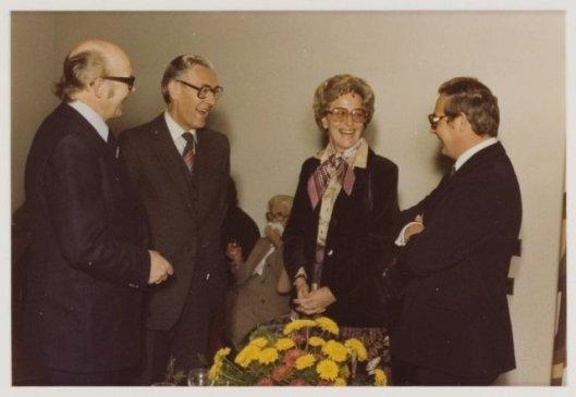 EEn onderonsje tijdens het afscheid van burgemeester Quarles van Ufford in 1978. V.l.v.r. wethouder S.Baar, locosecretaris mr.A.Buiter, journaliste mw. Alice Verwey-Schuitemaker en gemeentesecretaris drs. W.H.van den Hoek