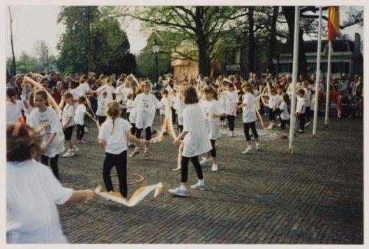 Viering van Koninginnedag op het Raadhuisplein in Heemstede, 30 april 1995