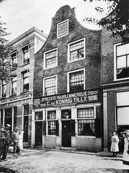 Voorgevel van pand Spaarne 43: firma C.de Koning Tilly. Oprechte Haarlemmerolie 1696