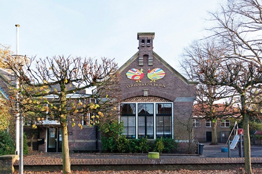 Coorgevel Voorwegschool aan de Voorweg in Heemstede. oorspronkelijk gebouwd in 1630 en beschouwd als de oudste basisschool op dezelfde locatie in ons land.