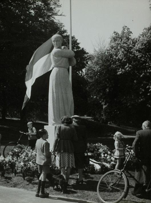 Foto 5 mei 1948 door Wiel van den Randen. Het monument voor de gevallenen van Mari Andriessen is een dag eerder onthuld. De vlag hangt halfstok en veel bloemen zijn neergelegd.