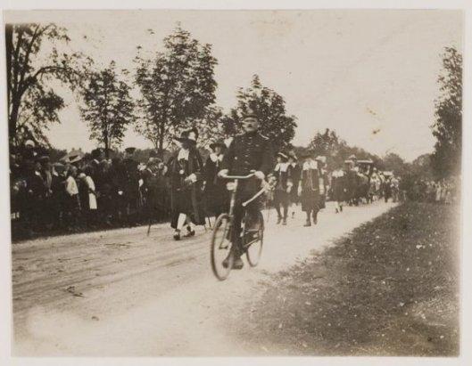 Politie-inspecteur Ch. Kemper begeleidt op zijn stalen ros de historische optocht, in 1923 georganiseerd bij gelegenheid van het zilveren ambtsjubileum van koningin Wilhelmina. Foto genomen op de Vrijheidsdreef.