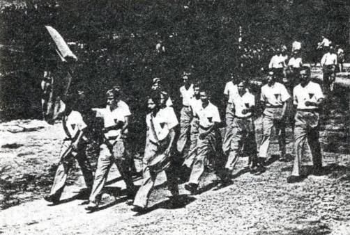 De Gereformeerde Knapen Vereniging 'Levensvreugd' in Hoofddorop, opgericht in 1959 wandelend op weg naar de Konijnenberg