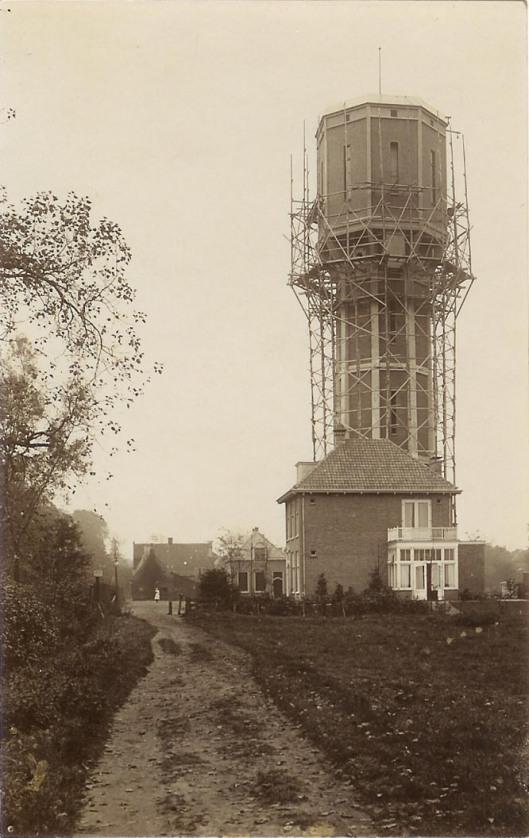 Bouw van de watertoren in 1910 achter het directeurshuis gemeentelijke bedrijven aan de Cloosterweg. De ruim 43 meter hoge toren staat op een achthoekige plattegrond. Het hoogreservoir kon 460 kubieke meter bevatten. Vijf jaar nadien is een pompgebouwtje toegevoegd.