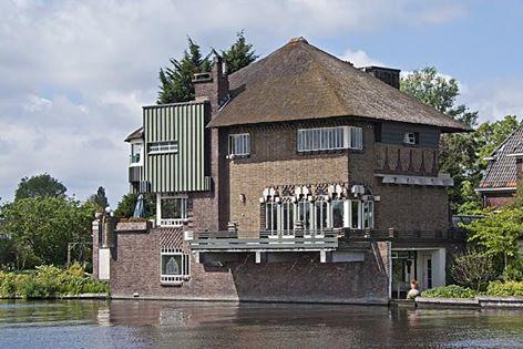 De voor Van Waveren gebouwde villa op de hoek Mauvelaan/Tooropkade bij het Spaarne, bijgenaamd het Spookhuis