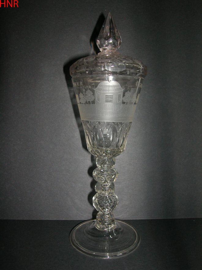 Wijnglas met versierd deksel. Met opschrift 't Grpeyen en Bloeyen van Westermeer en gravure van koepel. Circa 1725-1750 Rijksmuseum Amsterdam, 1796, legaat van A.J.Enschedé, Haarlem