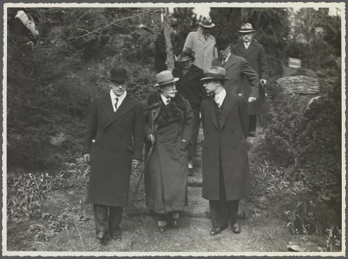 Keizer Wilhelm II tijdens bezoek aan de FLORA 1935, begeleid door bloembollenkweker A.C.van der Schoot.