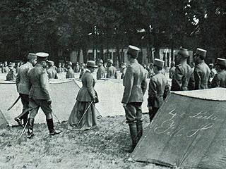 Koningin Wilhelmina inspecteert in 1916 het in Bennebroek met tenten gelegen kamp van het instructie-bataljon uit Kampen