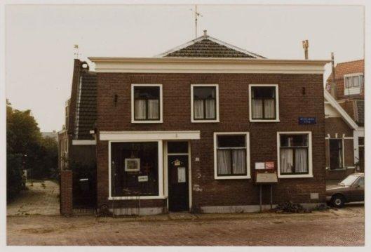 Voorheen het winkel/woonpand van (zus) Sientje van Noort an het Wilhelminaplein, 1982, tegenwoordig is hier Amstel Art gevestigd.