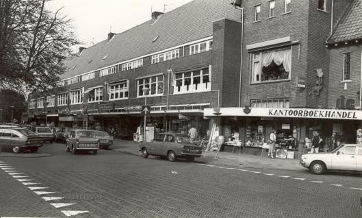 Winkelgalerij Binnenweg omstreeks 1980 met v.r.n.l. De Roos kantoorvakhandel (110), Optiek (114), Electra Janssen (116), Brabants Schoenenhuis (122), Cafetaria Weijers (124)