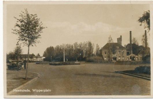 Ansichtkaart Wipperplein met gebouw openbare werken en brandweer. Rechts achter schoorsteen van gasfabriek.