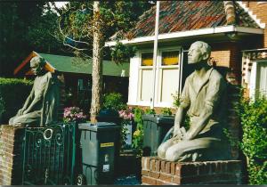 Bronsteeweg 3: kleimodellen van bronzen beelden met voor te stellen arbeiders ten hoeve van graf A.S.Talma op het kerkhof van de Hervormde Kerk te Bennebroek, vervaardigd door irk Wolbers