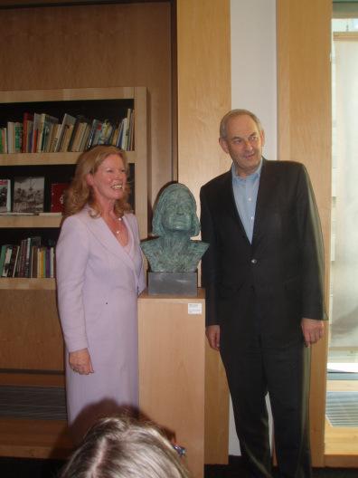Beeldhouwsrter Ellen Wolff en Job Cohen na onthulling van een borstbeeld van Hella Haasse in de Hella Haasse-zaal van de Openbare Bibliotheek Amsterdam, 2 februari 2013