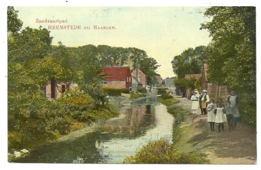Oude prentbriefkaart met achtterzijde van de Raadhuisstraat en nog niet gedempt deel van de Zandvaart