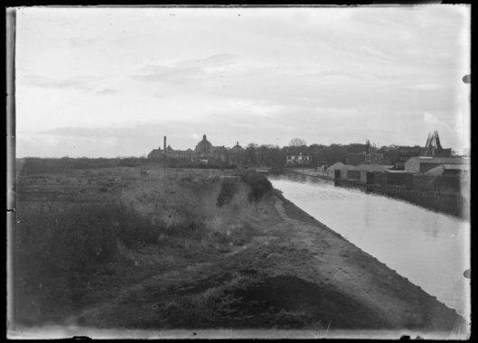 e (Heeren)Zandvaart met op de achtergrond het tussen 1923 en 1925 gebouwde Hageveld. Op de zandgrond links is na 1930 de Johannes Verhulstlaan aangelegd, tegelijk met de bouw van herenhuizen.