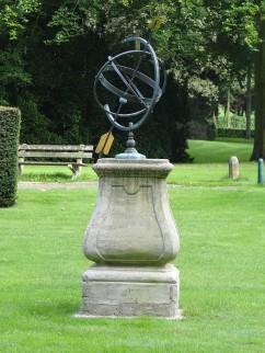 Zonnewijzer in de tuin van de Hartekamp (foto Floor Keyzer)