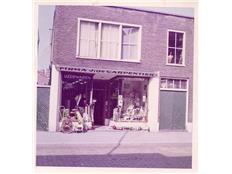 Van Zuylen ijzerwaren begon 1965 in een winkeltje aan de Binnenweg 33. Na verhuizing naar o.a. vm. Minervatheater in 2015 het 50-jarig bestaan vierend aan de Cruquiusweg