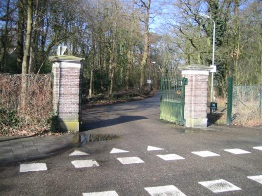 Toegangspoort naar Groenendaal vanaf de Glrpper Dreef., Andere toegangen zijn vanaf de Herenweg en de Molenlaan/Vrijheidsdreef naar deBurgemeester van Rappardlaan met kinderboerderij.