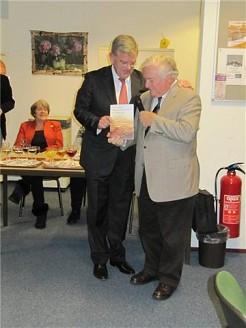 Dr. Klaas Doornbos presenteert zijn boek aan burgemeester J. van Zaanen van Amstelveen op 5 januari 2013 (Mijn Amstelveen)