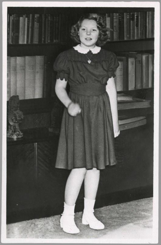 Prinses Beatrix poserend in de bibliotheek. Uitgeverij Takken, Utrecht