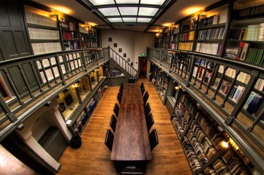 In de astronomie-bibliotheek zijn ook historische instrumenten uitgestald (foto Erik)