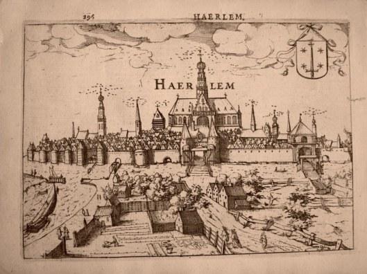 Panorama van Haarlem uit 1613 door L. Guicciardini met aan de zuidzijde van de stad bleekvelden afgebeeld