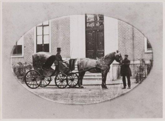 Koetsier Van Breemen (of Wissink?) voor het huis Bosbeek klaar om jonkheer Van Merlen te vervoeren. Rechts tuinbaas De Wilde.