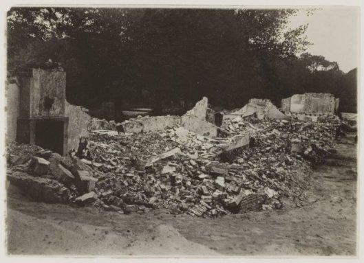 Nog een foto van afbraak Bullenhofje op Bosbeek. thans deel uitmakend van de begraafplaats (NHA)