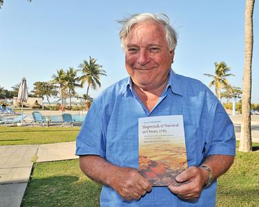 De auteur met zijn boek over de schipbreuk van VOC-schip Amstelveen in Oman