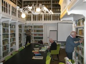 Interieur van bibliotheekzaal Heimans en Thijsse Stichting