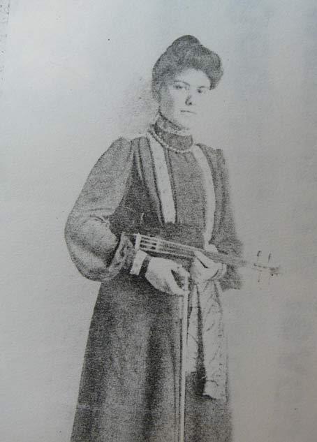 De vrouw van Apie Prins en moeder van Sonja Prins: Ina Willekes MacDonald, gefotografeerd met haar viool.