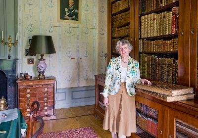 De bibliothecaresse van kasteel Duivenvoorde, mevrouw I.Storm van Leeuwen, die incidenteel rondleidingen verzorgt