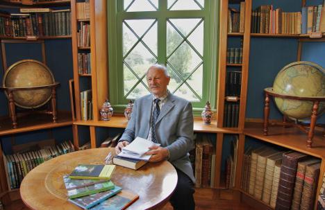 Neolatinist dr. Gerard Jaspers uit de gemeente Bloemendaal is in ons land wellicht een van de laatste kasteelbibliothecarissen. Eerder catalogiseerde hij het oude boeken- en handschriftenbezit van de Stadsbibliotheek Haarlem. Hij redigeerde ok zes jaarboeken van Kasteel Keukenhof. Hier zien we hem in zijn element in de kasteeltoren zich bezig houdend met de boeken, prenten en archieven van Keukenhof