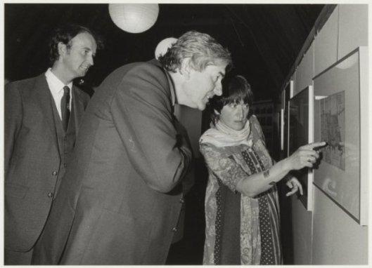 Bij de opening van een tentoonstelling gewijd aan Adriaan Pauw bij gelegenheid van diens 350ste geboortejaar in 1985, in het Oude Slote te Heemstede.Van links naar rechts: bibliothecaris en rondleider Hans Krol, minister president Ruud Lubbers en historica Clara Brinkgreve.