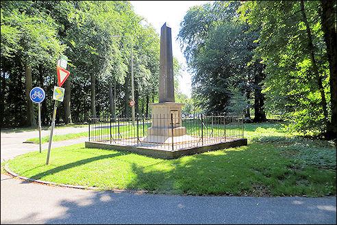 Foto van de in opdracht D.J.van Lennep geplaatste gedenknaald op de hoek van de Herenweg en Manpadslaan ter herinnering aan twee slagen in 1304 (tegen de Vlamingen) en 1573 (tegen de Spanjaarden).