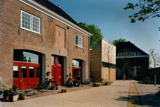 De vroegere bijgebouwen van Meer en Berg (koetshuis, stal e.d.) zijn gerestaureerd en worden thans particulier bewoond, tegenwoordig o.a. de talentvolle graficus en beeldend kunstenaar Jack Prins