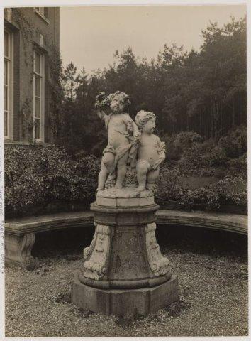 Beeld van 2 kinderen door Jan van Logteren, 1739, dat tot de tijd van H.Deutz van Lennep in de tuin van Meer en Berg stond.