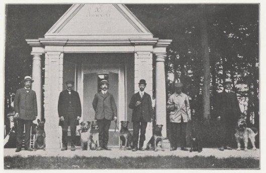 Dressuur van politiehonden op het terrein van Meer en Berg Heemstede, 1911