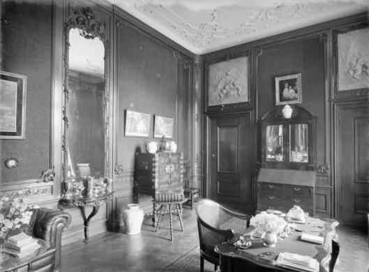 De salon van Meer en Berg met 2 grisailles, 1928 (RMZ)