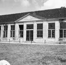 De Oranjerie van Meer en Berg in 1954 kort voor de sloop. Het bouwwerk met fraaie interieurs (grisailles) dateerde uit 1732 en was ontworpen en geornamenteerd door Daniël Marot. De hoofdingang werd benadrukt door de tympaan met ingegraveerde zonnewijzer. Ton koot van 'Heemschut' noemde de oranjerie ooit de mooiste van ons land. De Duitse bezetters hebben er lelijk huis gehouden en schoten op de 'engeltjes' . In 1953 toen de proriteiten anders lagen vond afbraak plaats (foto G.Th.Delamarre)