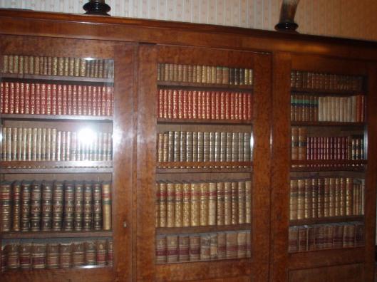 De wapen- en bibliotheekamer op de eerste verdieping van kasteel de Keukenhoh. Kast met oude boeken; op de onderste plank de eerste encyclopedie van de Franse geleerden Diderot en d'Alembert