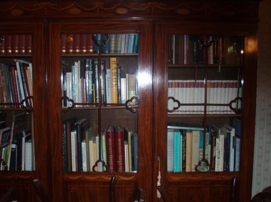 Idem in wapen- en bibliotheekkamer; de boekenkast met nieuwe publicaties