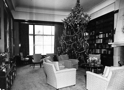 Zithoek met kerstboom in paleis Soestdijk