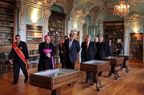 17 augustus 2010 bezoek van prins Willem Alexander met mgr. Wiertz (links), bisschop van het bisdom Roermond, aan de historische abdijbibliotheek Rolduc