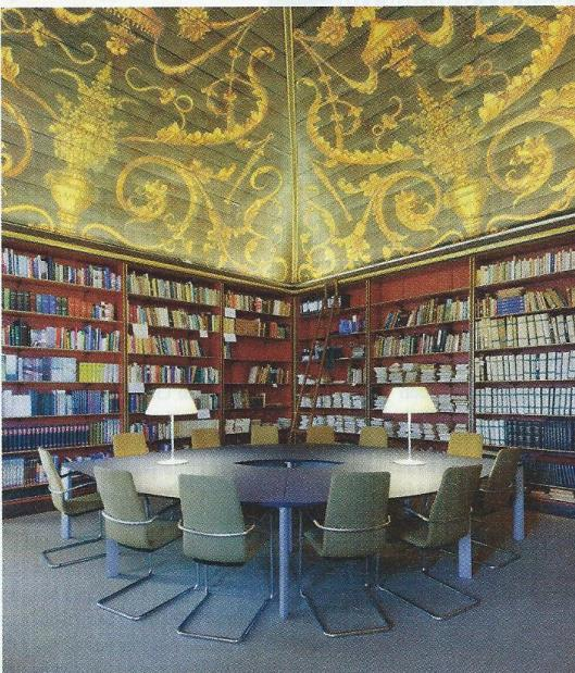 De Eerste Kamer beschikt weliswaar over een eigen bibliotheek, maar de personeelsbezetting is niet van dien aard dat er een bibliothecaris af kan (Elsevier, 21 mei 2011)